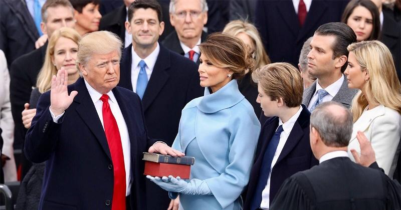 President+Trump+sworn+in+on+Abraham+Lincoln%27s+bible+and+his+own+held+by+his+wife%2C+Melania+Trump
