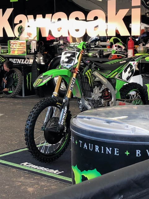 Eli+Tomac%2C+450SX+main+event+winner%2C+has+his+bike+worked+on+in+between+qualifying+by+his+mechanic.+%0D%0A